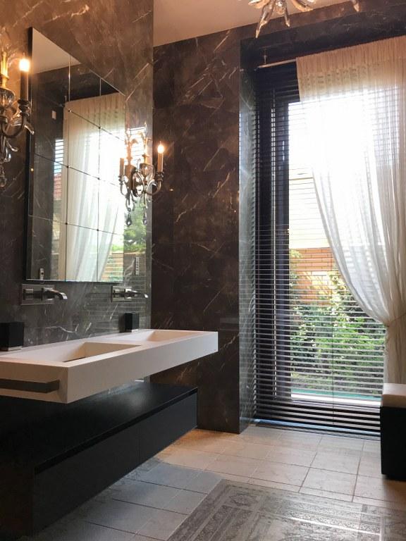 сучасний дизайн інтер'єру ванної кімнати в чорному кольорі