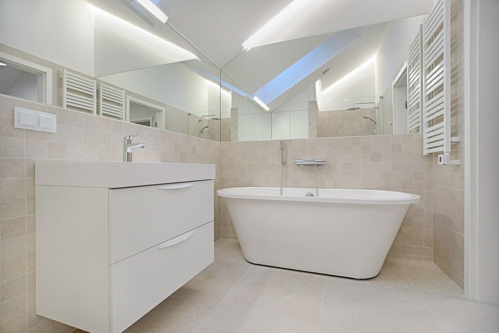 сучасний дизайн інтер'єру ванної кімнати у світлих тонах