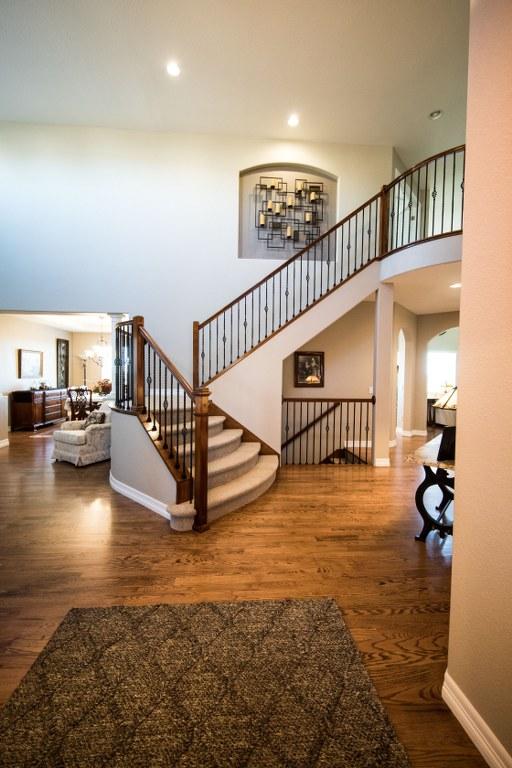 Дизайн коридору зі сходами.